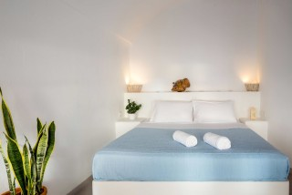 Suite with outdoor jetted tub and caldera view annio bedroom